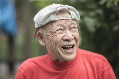 90岁的老大爷每天公园练劈叉和爬行 会玩微信、微博分享锻炼经验
