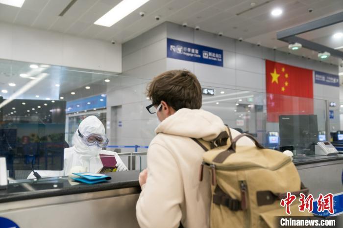 严防境外疫情输入 上海边检总站调配180名警力支援浦东机场口岸一线